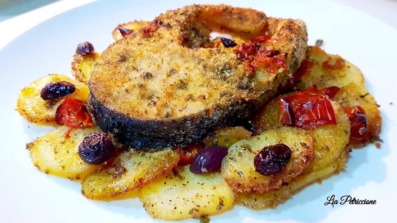 Ricetta Salmone Con Patate Al Forno.Salmone Gratinato Con Patate Olive E Pomodorini A Tavola Con Lia