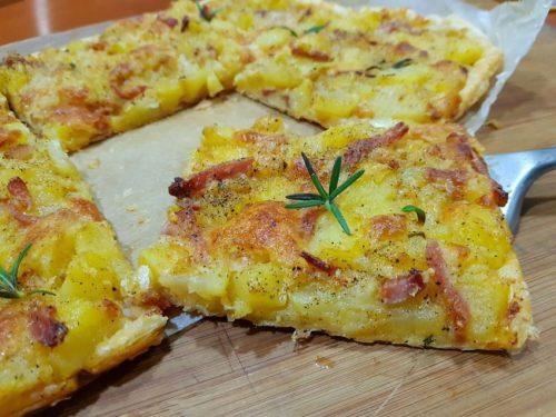 PIZZA DI SFOGLIA CON PATATE, SPECK E SCAMORZA