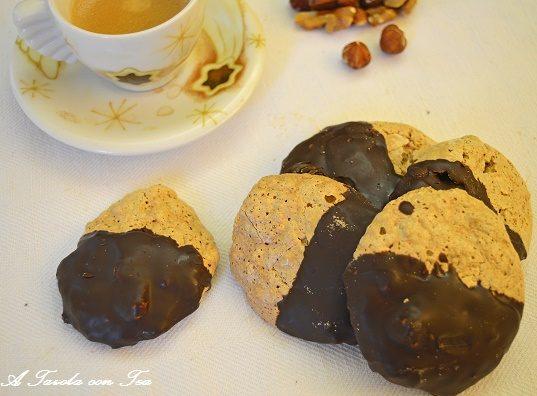Brutti e buoni alle nocciole con glassatura al cioccolato