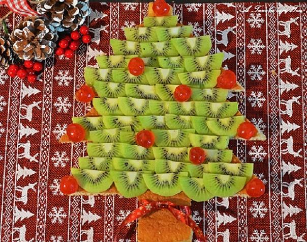 Natakiwi torta albero di natale con kiwi a tavola con tea for Albero di kiwi