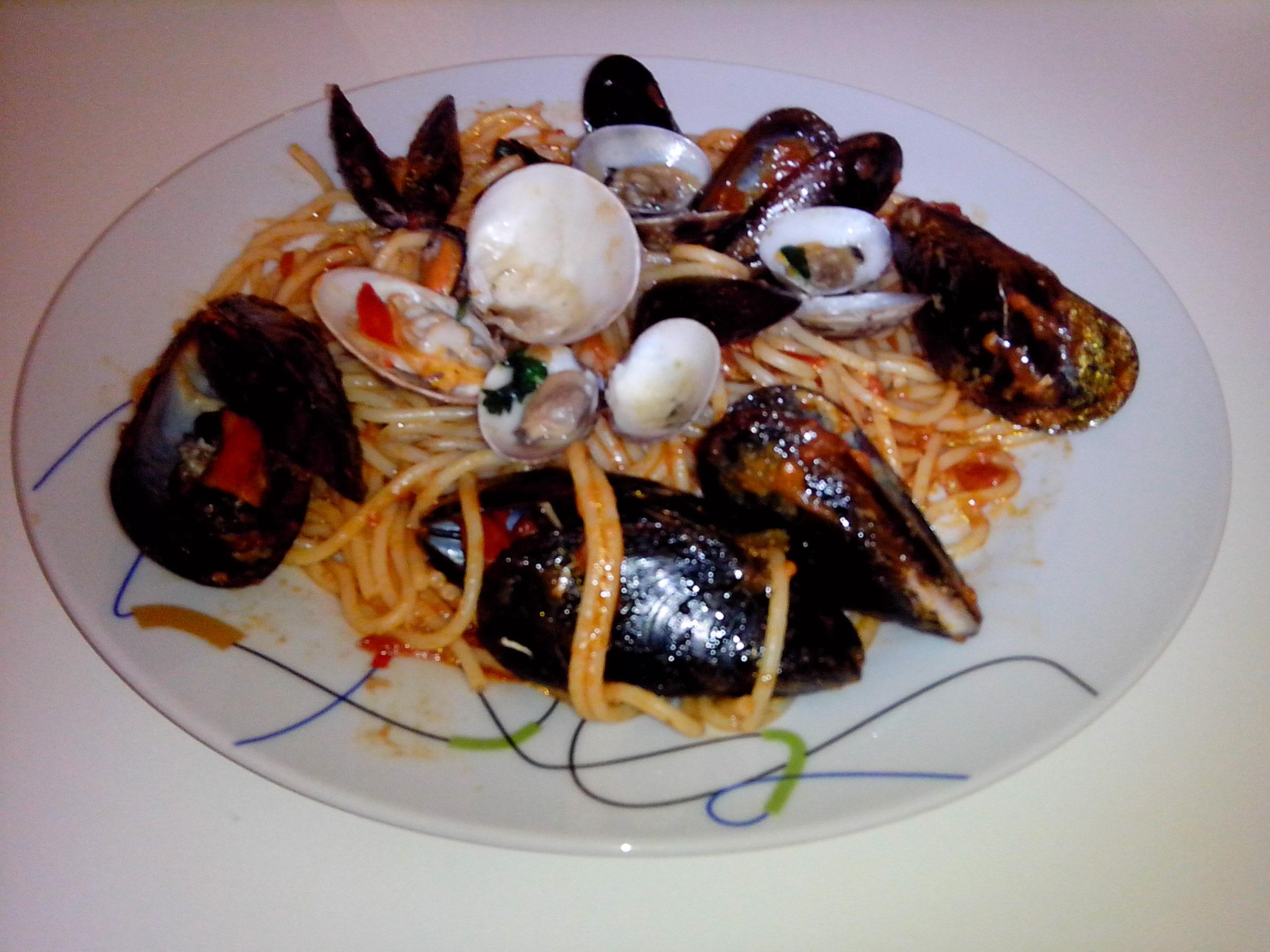 Spaghetti cozze e vongole veraci con pomodori pachino
