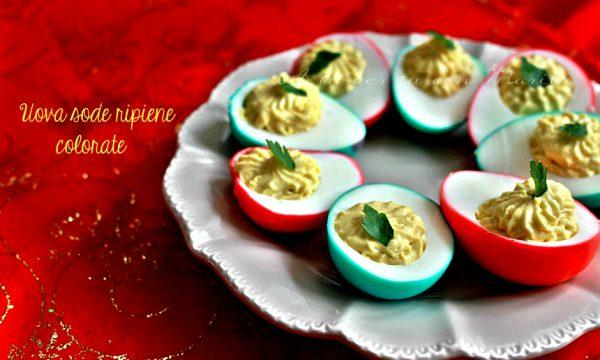 Uova sode ripiene colorate
