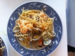 spaghetti con vongole, bottarga e mazzancolle aromatizzate al lime