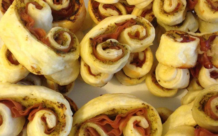 Ventaglietti di sfoglia al sapore ligure-tirolese (ricetta stuzzichino)