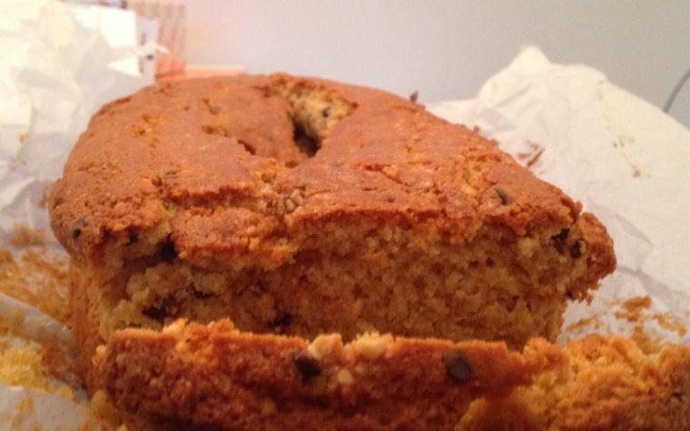 Cake alle nocciole e gocce di cioccolato (ricetta dolce)