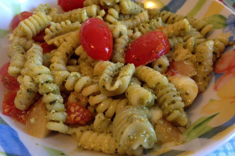 Pasta con pesto e pomodorini (ricetta primo piatto)