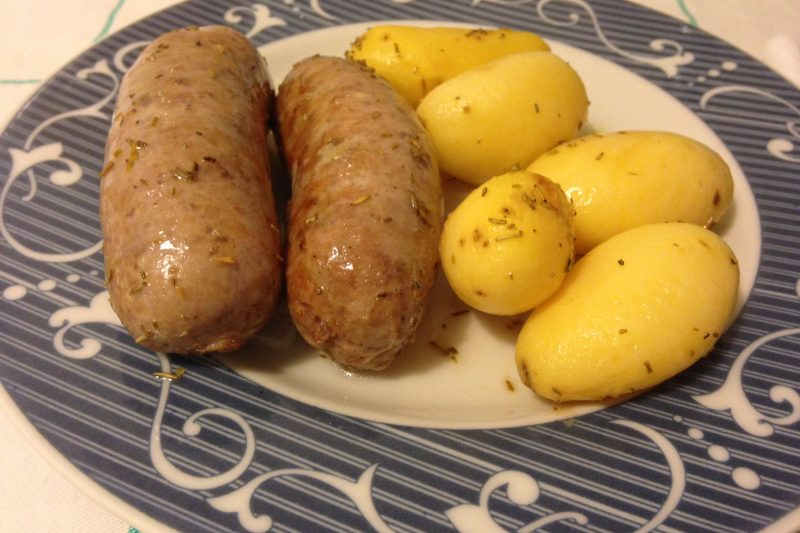 Salsiccia e patate novelle al forno (ricetta secondo piatto)