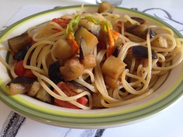 spaghetti con fiori di zucchina melanzane e pomodorini