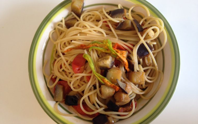 Spaghetti con fiori di zucchina melanzane e pomodorini (ricetta primo piatto)