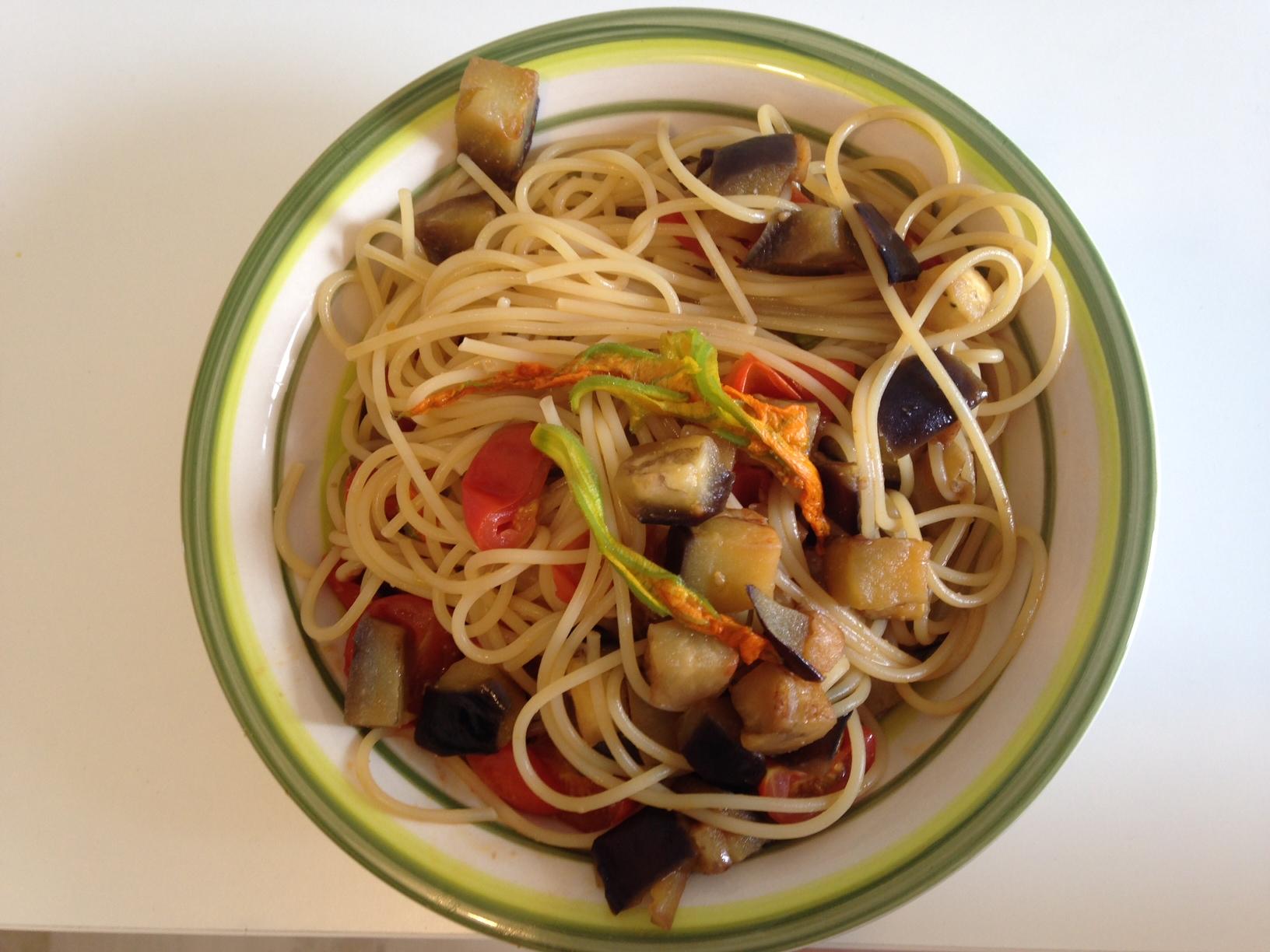 Spaghetti con fiori di zucchina, pomodorini e melanzane
