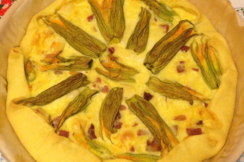 Quiche con fiori di zucchina e speck (ricetta piatto unico)