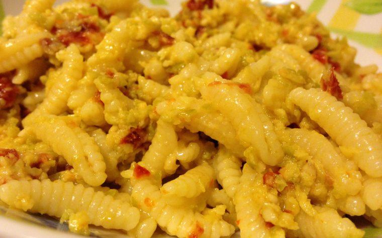 Malloreddus con pesto di olive e pomodori secchi (ricetta primo piatto)
