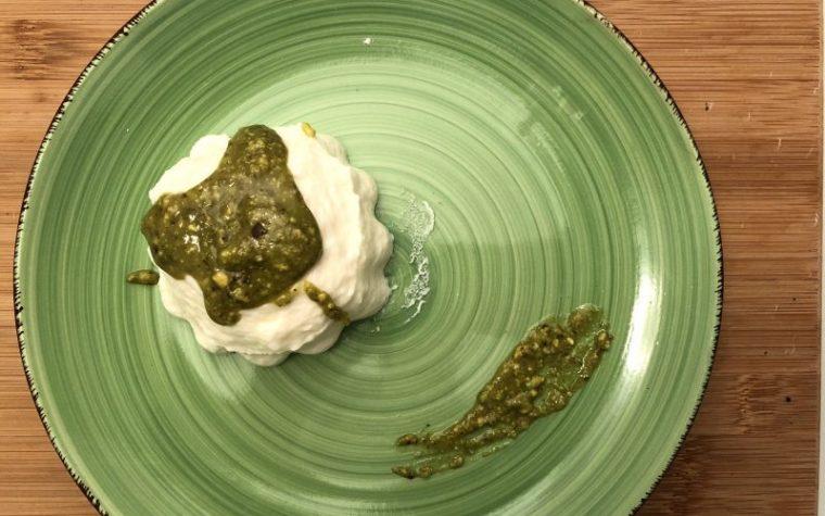 Panna cotta salata con salsa di pistacchi