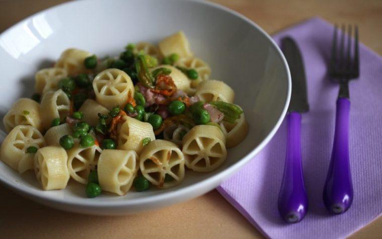 Pasta con piselli guanciale e fiori di zucchina