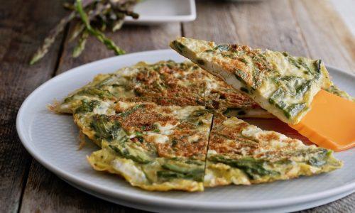 Frittata agli asparagi selvatici cotta senza olio [senza formaggio]