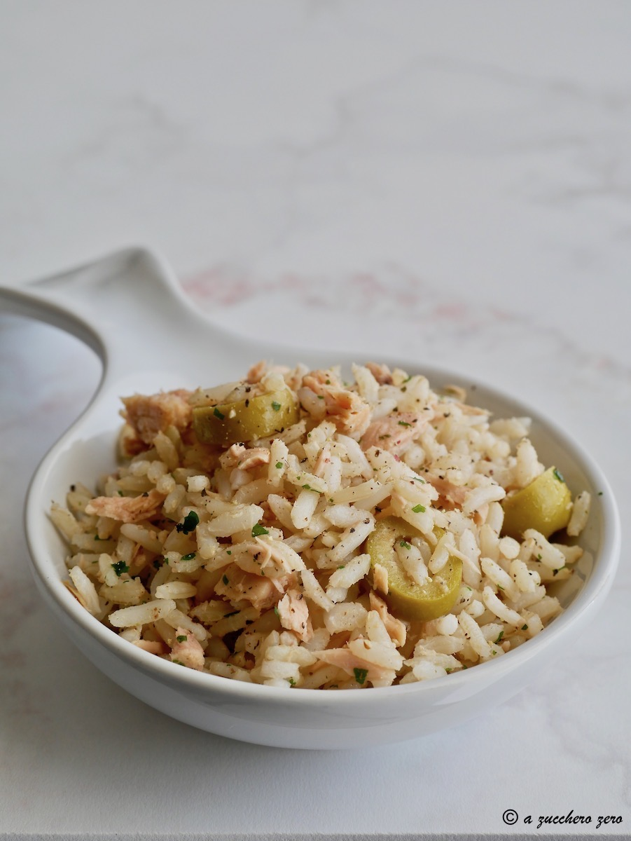 Insalata di riso integrale con tonno e olive [riso deamidato]