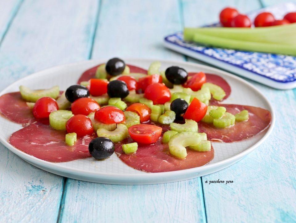 Bresaola e pomodorini con sedano e olive