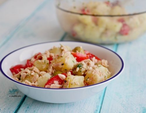 Insalata di patate e tonno con pomodorini e olive