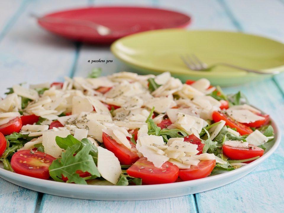 Insalata di rucola e pomodorini con grana a scaglie e maggiorana