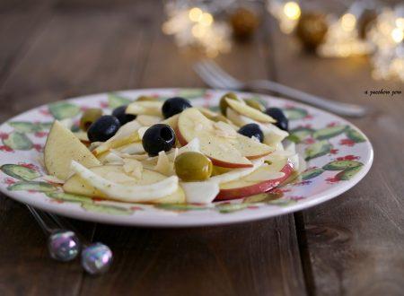 Insalata di finocchi mele e olive con scaglie di mandorle e cannella