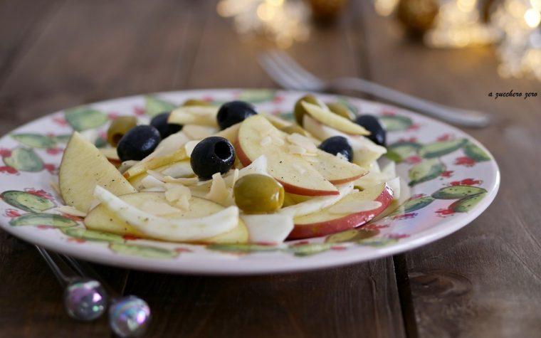 Insalata di finocchi, mele e olive con scaglie di mandorle e cannella