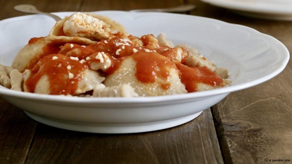 Cavati e ravioli di ricotta con salsa di pomodoro fatta in casa