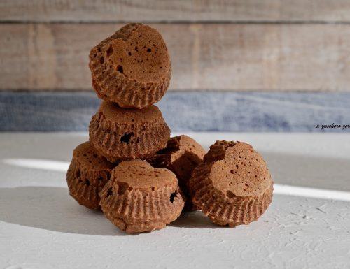 Cuori di muffin integrali al cacao e nocciole senza burro latte e uova