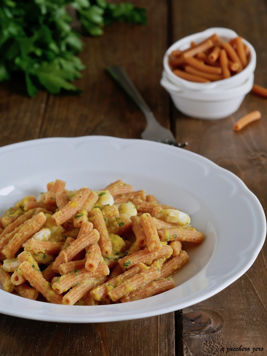 Pasta di farina di ceci con gamberetti e zucchine cremosa