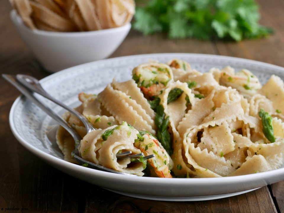 Pasta integrale con asparagi e gamberi