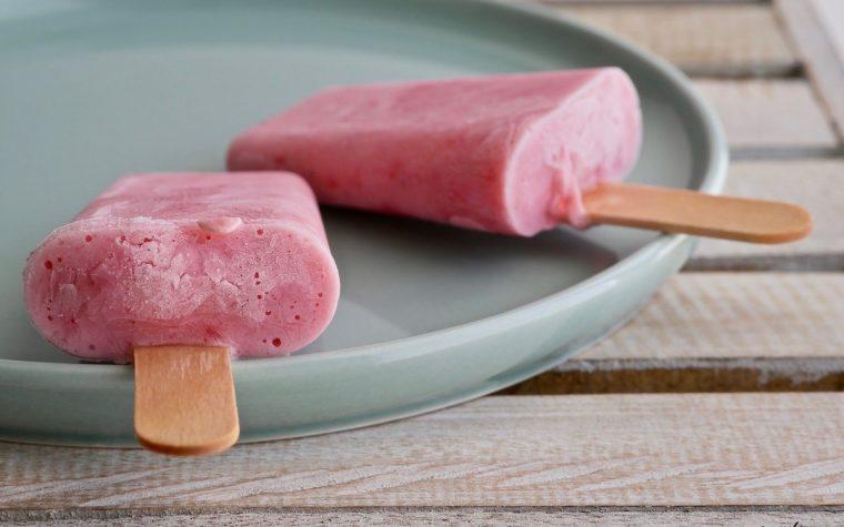 Stecco gelato yogurt e fragole senza zucchero