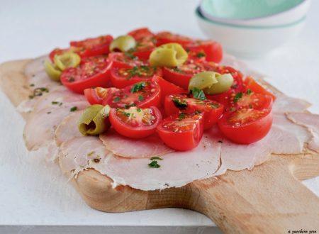 Tagliere di prosciutto arrosto con pomodorini e olive