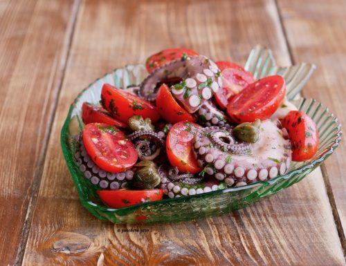 Polpo in insalata al prezzemolo con pomodorini e capperi