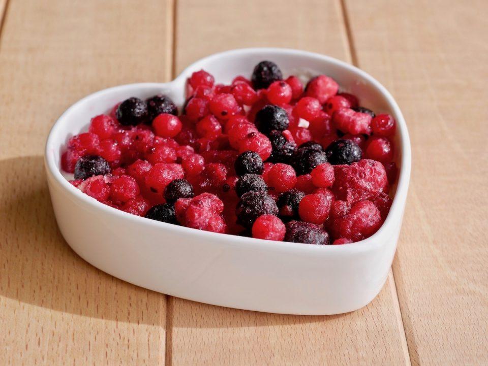 Per la decorazione via libera alla fantasia con frutta di ogni tipo, marmellata solo zuccheri della frutta, cioccolato extra fondente fuso o a scaglie eccetera; io ho utilizzato dei frutti di bosco congelati.