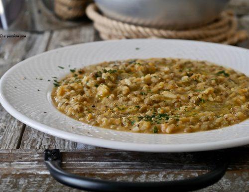 Riso integrale in zuppa di lenticchie con cavolfiore e zucca