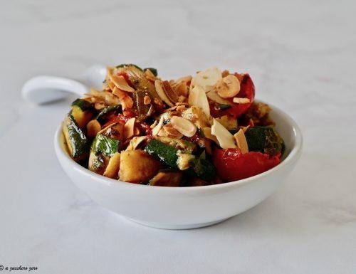 Caponata di verdure grigliate con mandorle in scaglie tostate