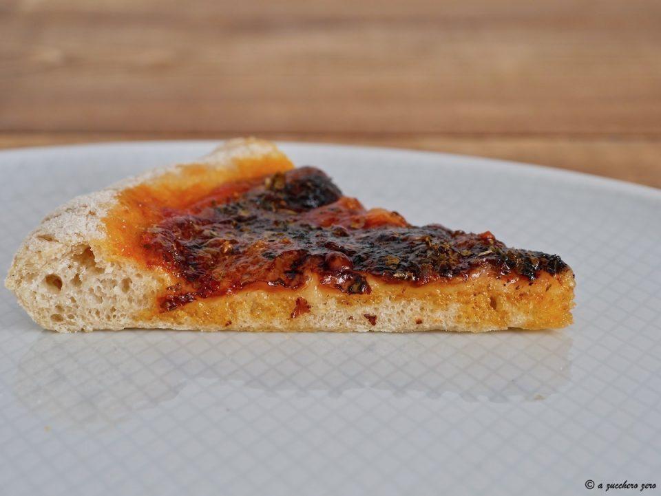 Pizza come in pizzeria semintegrale, sottile, con cornicione
