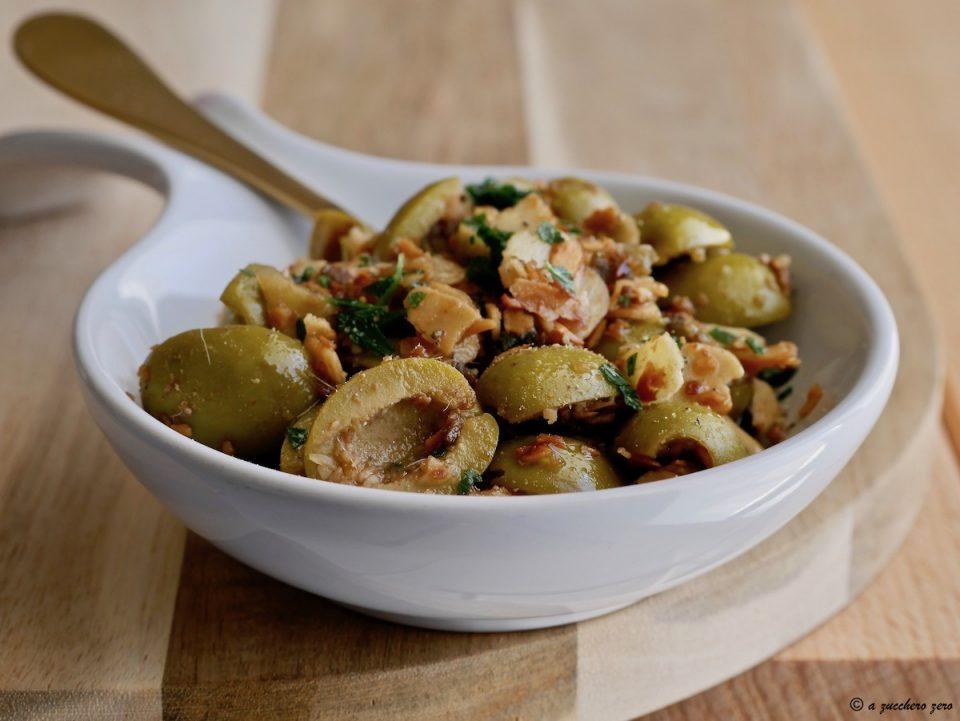 Acciughe capperi olive e mandorle condimento saporito