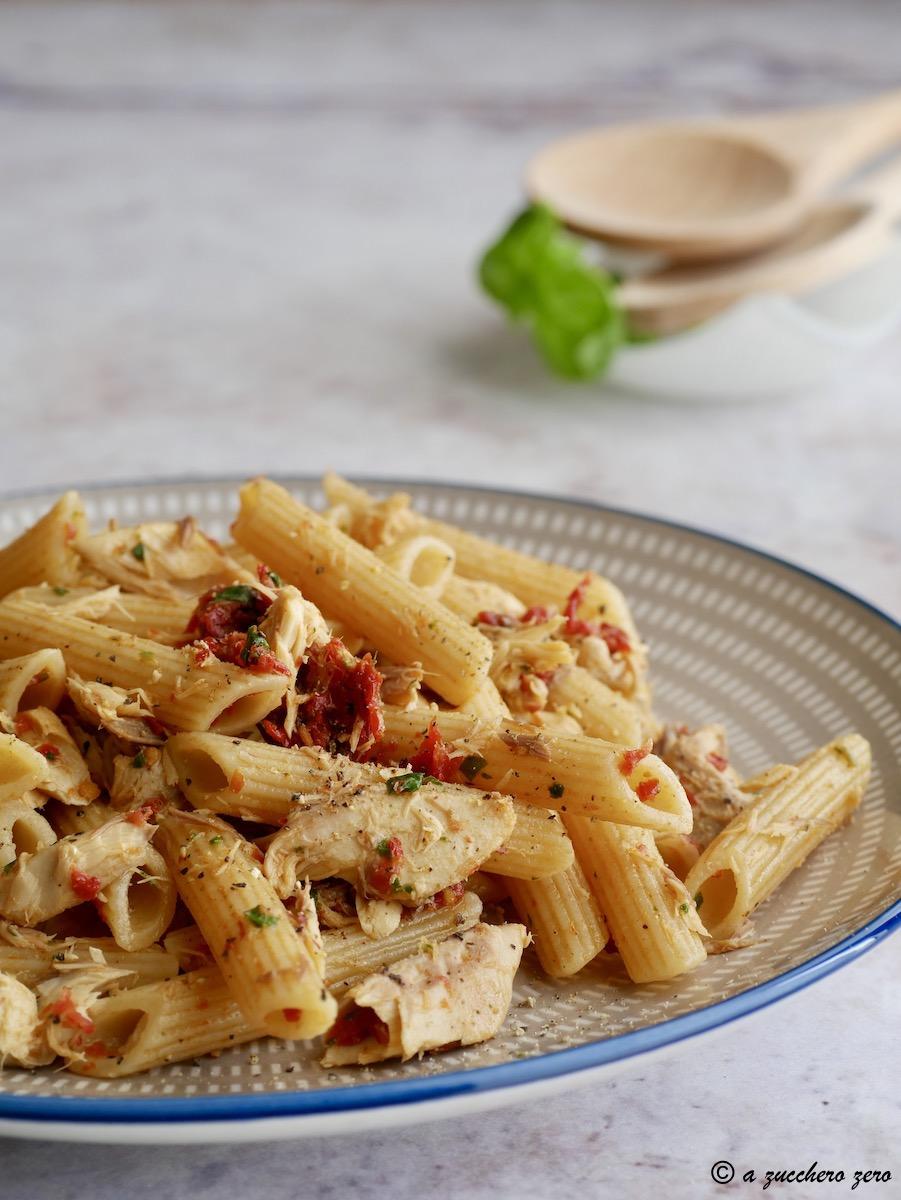 Pasta con pomodori secchi sgombro e basilico