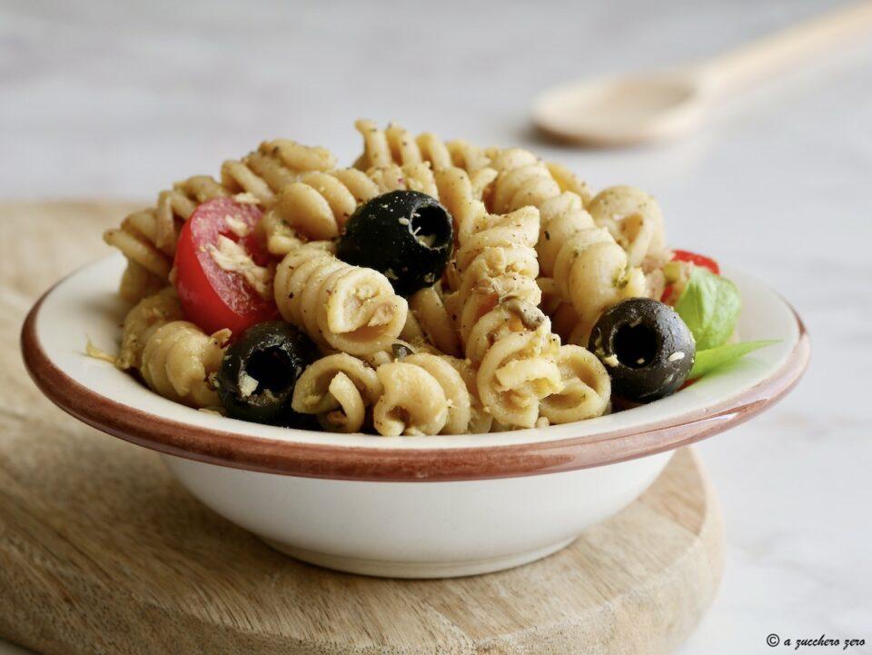Insalata di pasta con pesto e tonno pomodorini e olive