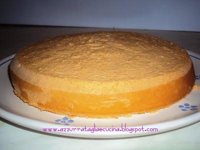 Torta Annetta pan di Spagna su piatto intera