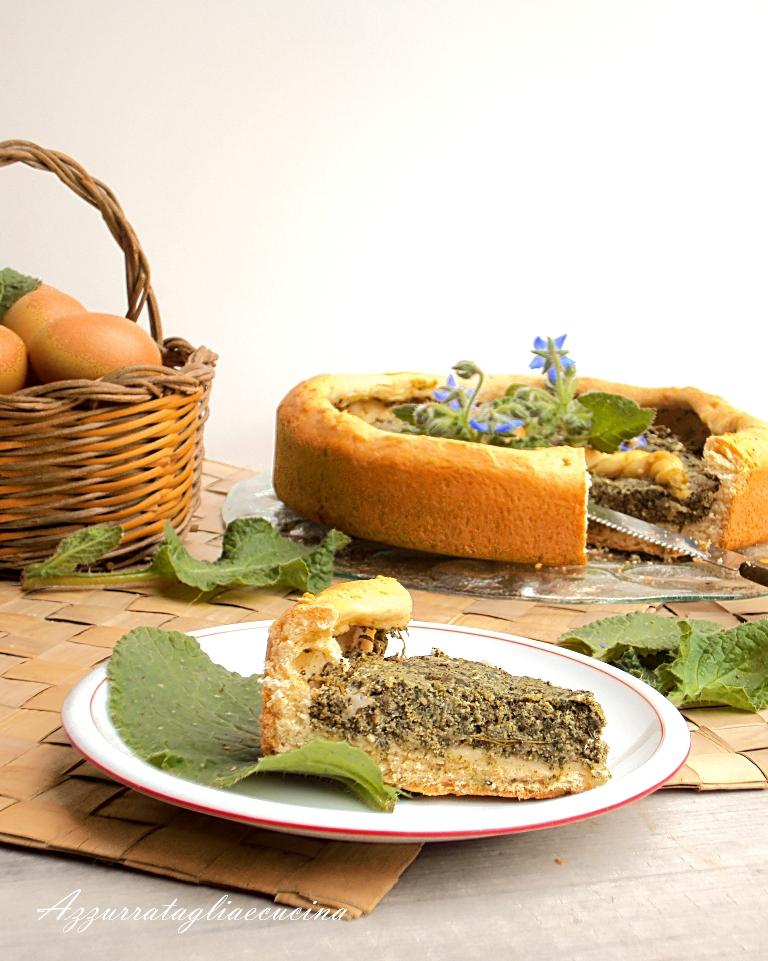 primo piano di fetta bavarese lievitata farcita con verdure e formaggi; decorata con fiori e foglie di borragine; sfondo bavarese tagliata e cestino con uova fresche