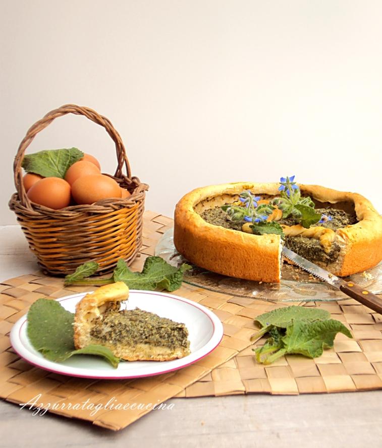 spicchio di bavarese lievitata con farcia di verdure e formaggi, decorata con fiori e foglie di borragine