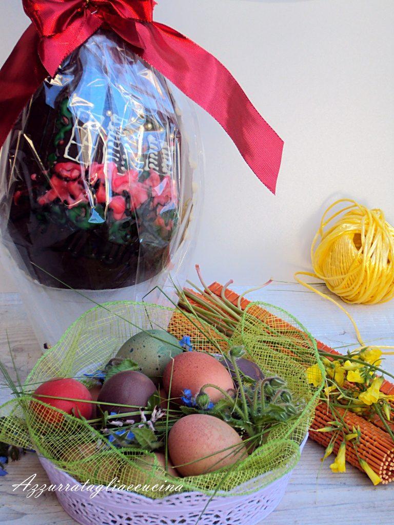 uovo di Pasqua con uova sode colorate in cestinetto in primo piano