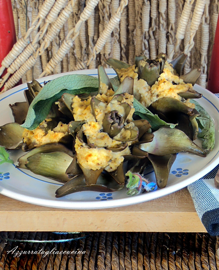 carciofi ripieni su piatto di portata