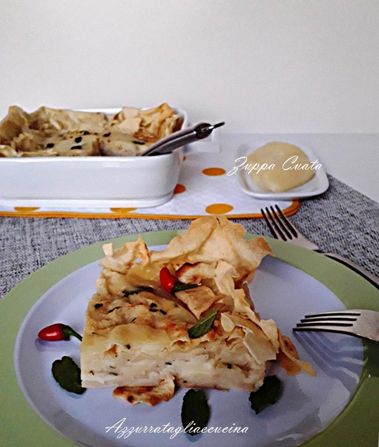 Zuppa Cuata su piatto con bordo verde e terrina bianca sullo sfondo