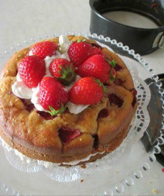 torta completa e decorata con fragole e Chantilly