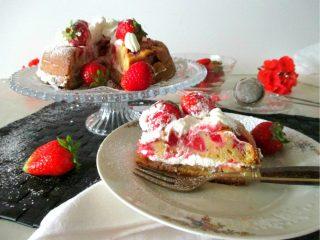 torta su alzatina e fetta su piattino