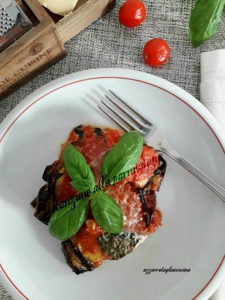 porzione di melanzane in piatto con forchetta