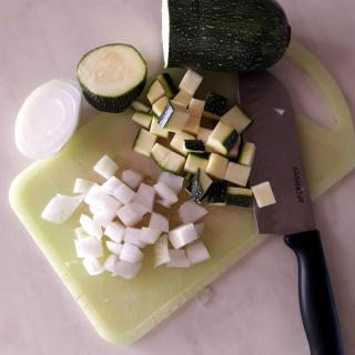 HAMBURGER DI ZUCCHINE CON LA MENTA zucchine e cipolla tagliate a dadini       taglia