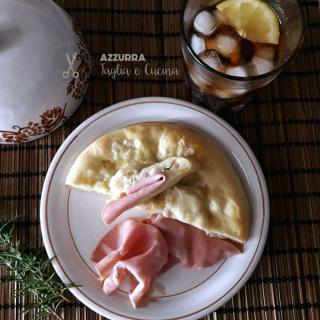 PIZZE E FOCACCE focaccia tipo genovese su piatto vista dall'alto